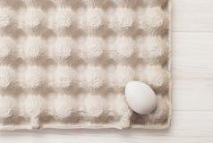 Текстурируйте коробку яичек, белую предпосылку, таблицу, упаковывая для яичек Стоковое Изображение