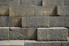 Текстурируйте предпосылку выдержанной старой естественной кирпичной стены камня прямоугольника чистой резки в свете - сером цвете Стоковое Изображение