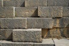 Текстурируйте предпосылку старой естественной кирпичной стены камня прямоугольника чистой резки в свете - сером цвете с соединени Стоковые Изображения RF