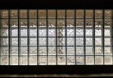 Текстурируйте стену предпосылки сделанную из много стеклянных кубов с черными полями стоковая фотография rf