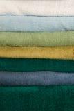 Текстурируйте стог красочных полотенец стоковые фотографии rf