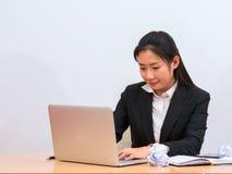 Текст азиатской женщины печатая в ноутбуке стоковое изображение rf