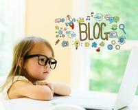 Текст блога с маленькой девочкой стоковые изображения