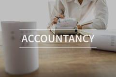 Текст бухгалтерского учета над бухгалтером или финансовым советником стоковое фото rf