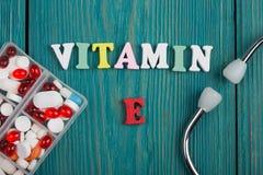 Текст & x22; Витамин E& x22; покрашенных деревянных писем, стетоскопа и пилюлек Стоковое фото RF
