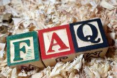 Текст вопросы и ответы на деревянном блоке стоковые фотографии rf