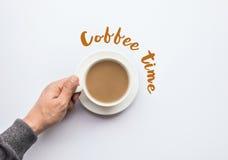 Текст времени кофе при мужская рука держа чашку кофе Дело a Стоковые Изображения RF