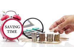 Текст времени сбережений на красном будильнике с калькулятором на запрете денег Стоковое Изображение