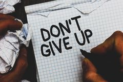 Текст Дон t почерка не дать вверх Концепция знача определенный упорно добиваться продолжается верить в себе человеку держа примеч стоковая фотография rf