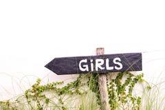 Текст девушки на знаке стрелки указывая налево для ванной комнаты туалета Стоковое Изображение RF