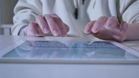 Текст женщины конца-Вверх печатая на планшете акции видеоматериалы