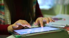 Текст женщины печатая на клавиатуре в интернете онлайн на таблетке акции видеоматериалы