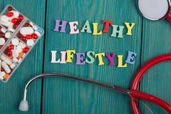 Текст & x22; Здоровое lifestyle& x22; покрашенных деревянных писем, стетоскопа и пилюлек Стоковое Фото