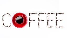 Текст кофе с coffeebeans и красной чашкой Стоковое Изображение