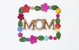 Текст мамы деревянный с рамкой бумажного цветка на предпосылке текстуры белой бумаги стоковое фото rf