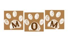 Текст МАМЫ с печатями лапки Счастливая поздравительная открытка коричневого цвета дня ` s матери Стоковые Фото