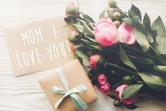 Текст мамы я тебя люблю на карточке ремесла и розовый букет пионов с Стоковые Фотографии RF
