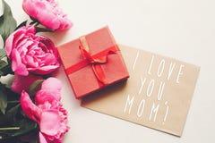 Текст мамы я тебя люблю на карточке ремесла и розовый букет пионов с Стоковые Изображения