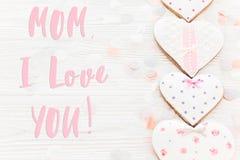 Текст мамы я тебя люблю на розовых сердцах печенья на белое деревенское деревянном Стоковая Фотография