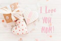 Текст мамы я тебя люблю на розовых сердцах печенья на белое деревенское деревянном Стоковые Фото