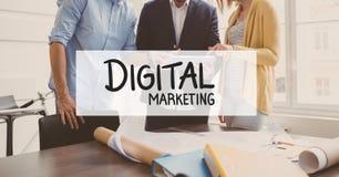 Текст маркетинга цифров против бизнесменов стоя в предпосылке Стоковая Фотография