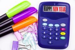 Текст Нового Года слова сочинительства счастливый в офисе с окрестностями как отметка, сочинительством ручки на калькуляторе Конц Стоковое Изображение RF