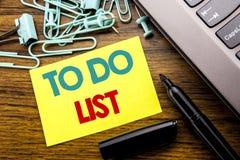 Текст объявления почерка показывая для того чтобы сделать концепцию дела списка для плана перечисляет Remider написанное на липко стоковое фото