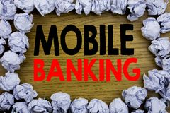 Текст объявления почерка показывая передвижной банк Концепция дела для e-банка банка интернета написанного на деревянном деревянн Стоковое Изображение RF