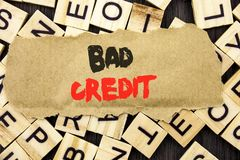 Текст объявления почерка показывая плохой кредит Концепция значащ плохой счет оценки банка для финансов займа написанный на бумаг стоковое изображение rf