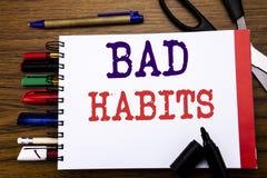 Текст объявления почерка показывая плох привычки Концепция дела для пролома обычного Hebit улучшения написанного на тетради, wood Стоковое фото RF