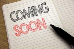Текст объявления почерка показывая приходить скоро Концепция дела для нижней конструкции написанной на тетради с космосом экземпл стоковые изображения rf