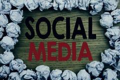 Текст объявления почерка показывая социальные средства массовой информации Концепция дела для средств массовой информации общины  стоковое изображение rf