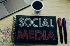 Текст объявления почерка показывая социальные средства массовой информации Концепция дела для средств массовой информации общины  стоковые фотографии rf