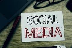 Текст объявления почерка показывая социальные средства массовой информации Концепция дела для средств массовой информации общины  стоковое изображение