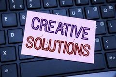 Текст объявления почерка показывая творческие решения Концепция дела для думать бредовой мысли написанный на липкой бумаге примеч Стоковые Изображения RF
