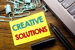 Текст объявления почерка показывая творческие решения Концепция дела для думать бредовой мысли написанный на липкой бумаге примеч Стоковые Фотографии RF