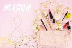 Текст 8-ое марта на розовой предпосылке с косметиками для состава Концепция поздравительной открытки чувственное нежное girly изо Стоковые Фото