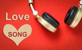 Текст песня о любви валентинок с наушниками Стоковые Фотографии RF