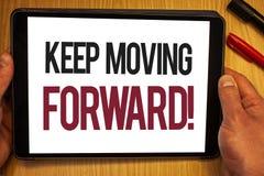Текст почерка держит двинуть вперед мотивационный звонок Прогресс оптимизма смысла концепции упорно добиваться владение руки движ стоковое изображение rf