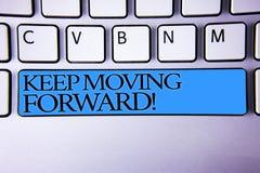 Текст почерка держит двинуть вперед мотивационный звонок Прогресс оптимизма смысла концепции упорно добиваться кнопки голубой s д стоковые фотографии rf