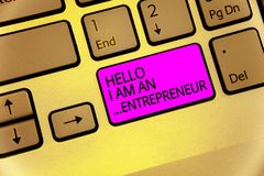 Текст почерка здравствуйте! я антрепренер Персона смысла концепции которая настроила клавиатуру фиолетовое ключевое Inte дела или стоковое фото rf
