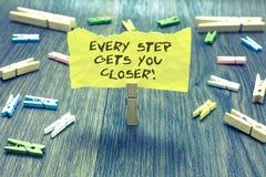 Текст почерка каждый шаг получает вас близкий Концепция знача Keep двигая для достижения вашей скалистой вершины Paperclip задач  стоковое изображение