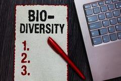 Текст почерка писать био разнообразие Концепция знача разнообразие бумаги красного b части среды обитания экосистемы фауны органи стоковые фото