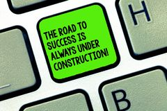 Текст почерка писать дорогу в успех всегда под конструкцией Смысл концепции в непрерывном улучшении стоковые фото