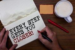 Текст почерка писать каждый шаг получает вас близкий Концепция знача Keep двигая для достижения вашего pe красного цвета примечан стоковые изображения