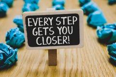 Текст почерка писать каждый шаг получает вас близкий Концепция знача Keep двигая для достижения ваших задач целей стоит классн кл стоковые изображения