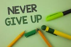 Текст почерка писать никогда не дает вверх Смысл концепции упорен мотирует не преуспевает никогда взгляд назад написанный на прос Стоковое Изображение RF