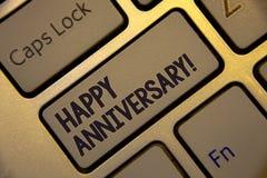 Текст почерка писать счастливой годовщине мотивационный звонок Концепция знача keyboa ежегодного специального чествования основно стоковые изображения rf
