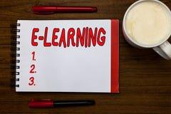 Текст почерка писать учить e Концепция знача уроки проведенные через электронные средства массовой информации типично в Интернете стоковое изображение