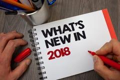 Текст почерка что ново в 2018 Концепция знача данные по ручки блокнота технологии достижений карьеры целей разрешения года стоковая фотография